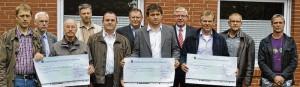 Der Lohn für gute Ausbildung: Die Vereinsvertreter erhielten einen Scheck. Foto: Ahrens